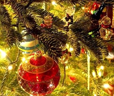 Новогодний ритуал для привлечения денег с елочной игрушкой